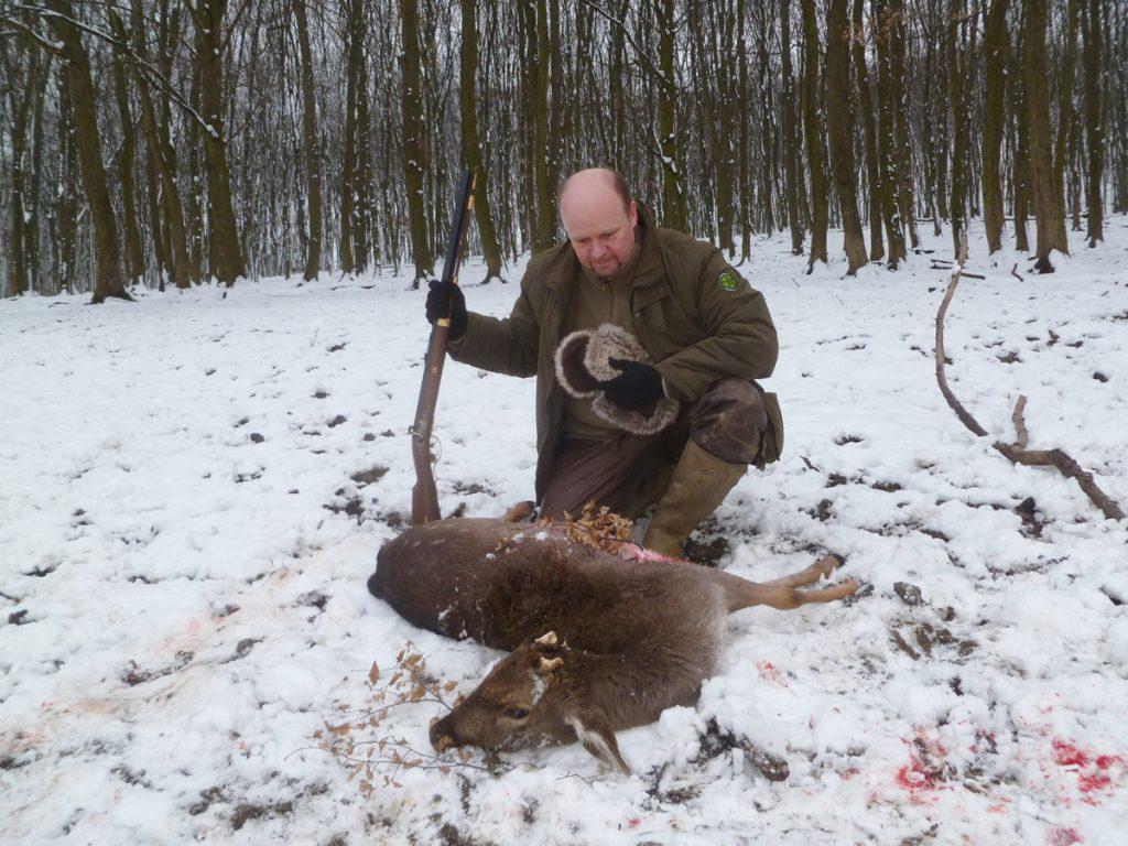 Elejtő: Gálos Csaba, Fegyver: Pedersoli Traditional Hawken .54 csappantyús puska. Töltet: 95 gr 3 Fg Swiss + 380 gr LEE Real lövedék. Távolság: 45 m. A vad a szívtalálatot nagyszerűen jelezte, a rálövés helyétől 10 métert tett meg a halálvágtában.