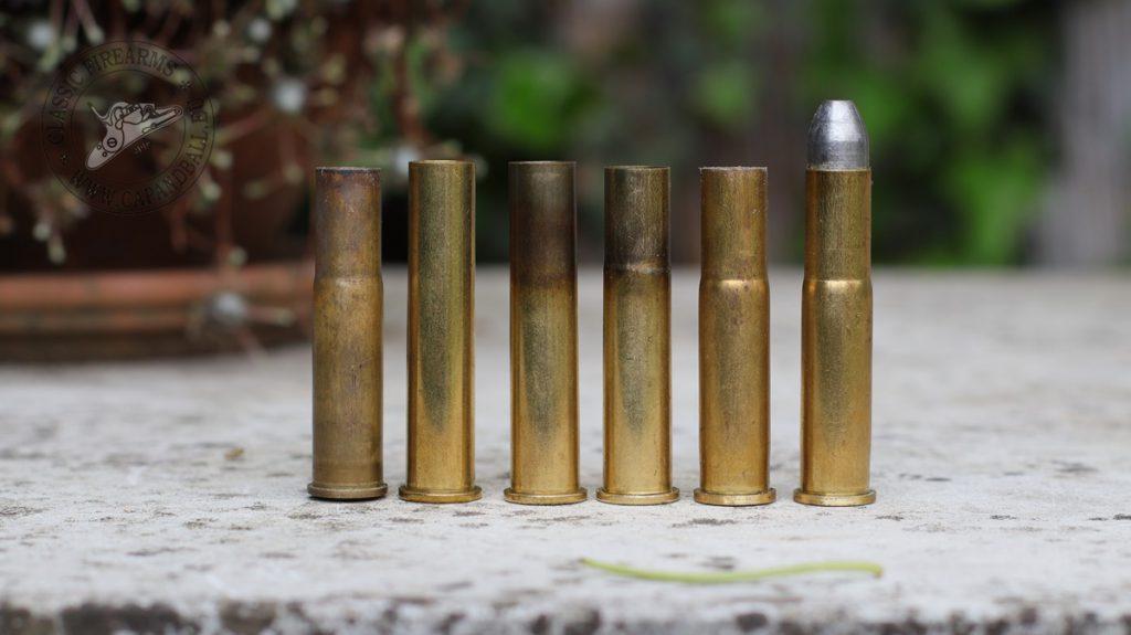 A 45/90 hüvely átformázásának lépései balról jobbra: 1. eredeti 11 mm Mauser hüvely, mint referencia 2. 45/90 új hüvely 3. 45/90 hüvely kilágyított nyakkal 4. A váll kialakításának egyik lépése, hüvely méretre trimmelve 5. töltényűrből egyszer kilőtt 45/90-ből átformázott hüvely 6. átformázott, töltényűrből kilőtt hüvelybe töltött lőszer