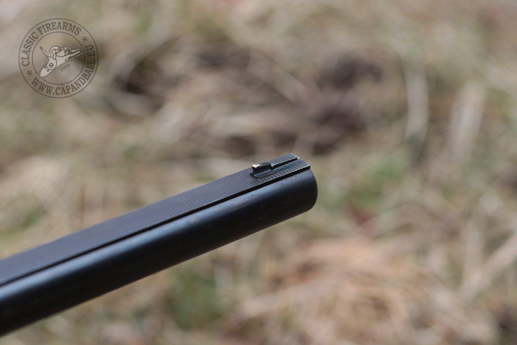 Az ezüst célgömbön a gyönge fény is szépen megcsillan, így a fegyver még szürkületben is használható legtöbb esetben.
